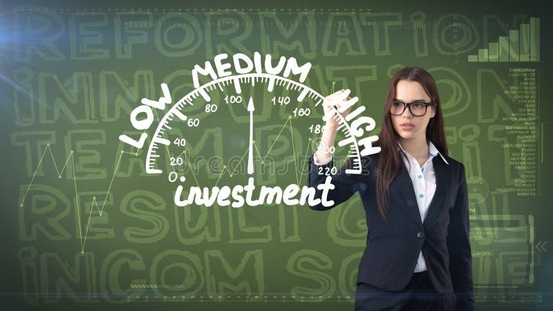Mulher de negócios da beleza no fundo pintado com palavras do mercado Conceito da propaganda, do investimento e do plano de negóc ilustração do vetor