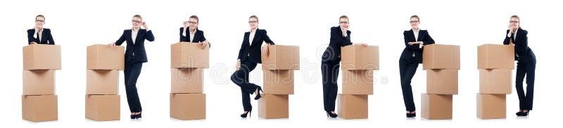A mulher de negócios da mulher com as caixas no branco foto de stock