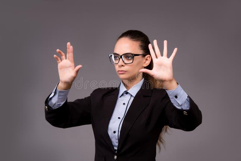 A mulher de negócios da jovem mulher que pressiona botões virtuais fotografia de stock