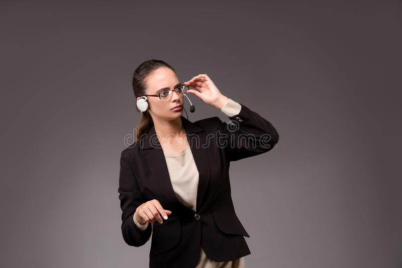 A mulher de negócios da jovem mulher que pressiona botões virtuais foto de stock royalty free