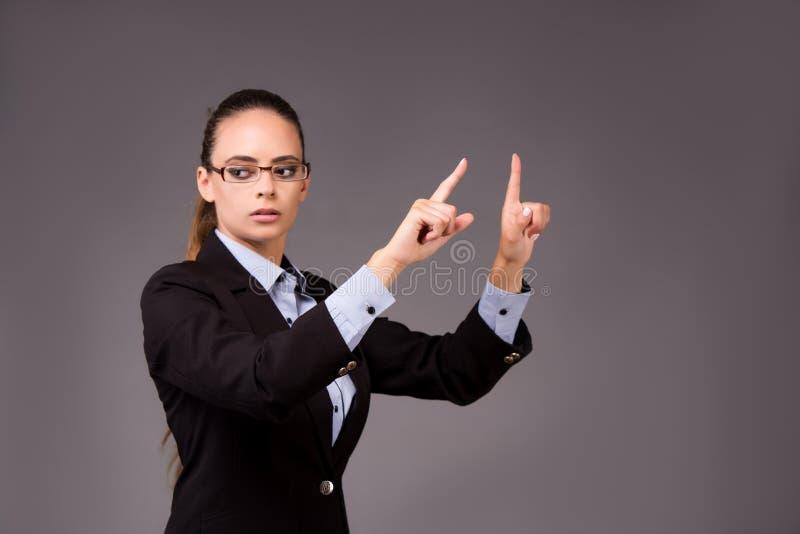 A mulher de negócios da jovem mulher que pressiona botões virtuais imagens de stock