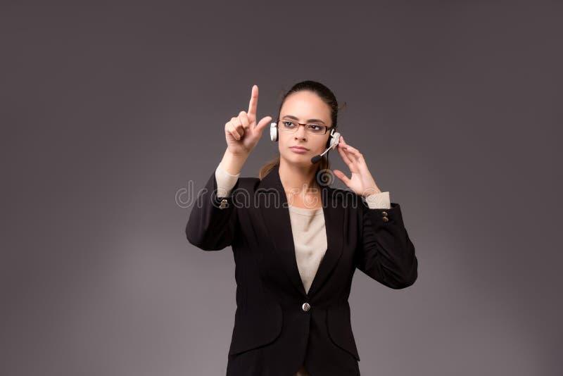 A mulher de negócios da jovem mulher que pressiona botões virtuais imagens de stock royalty free