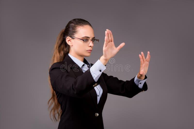A mulher de negócios da jovem mulher que pressiona botões virtuais imagem de stock
