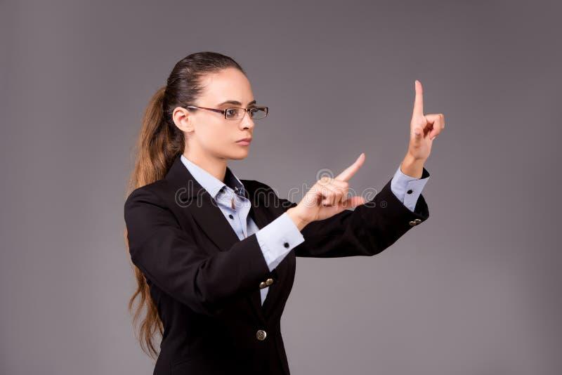 A mulher de negócios da jovem mulher que pressiona botões virtuais fotografia de stock royalty free