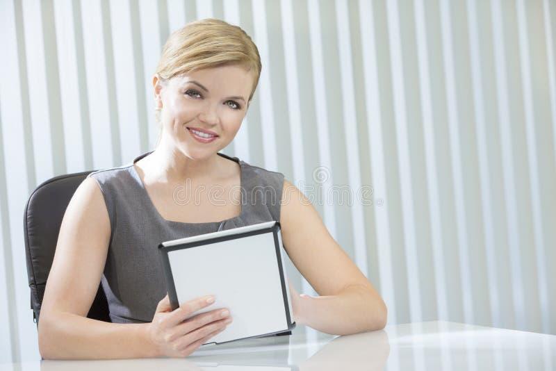 Mulher de negócios da mulher no computador da tabuleta no escritório imagem de stock royalty free