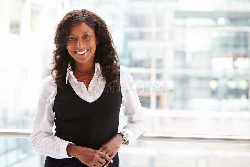 Mulher de negócios da raça misturada, cintura acima do retrato foto de stock royalty free