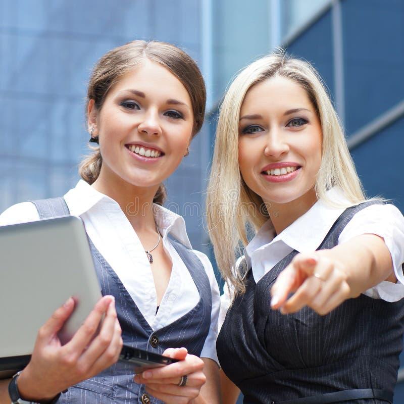 Mulher de negócios de dois jovens na roupa formal imagem de stock