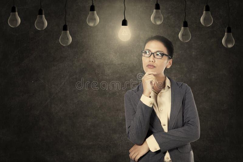Mulher de negócios de pensamento positiva fotos de stock royalty free