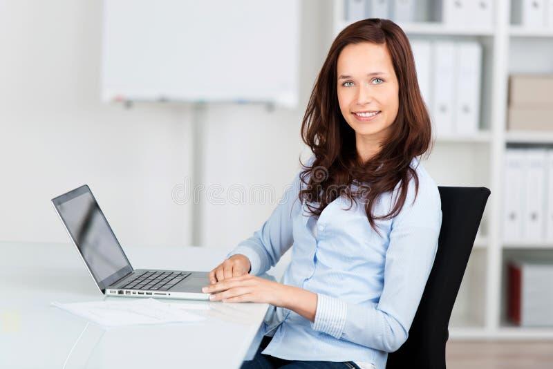 Mulher de negócios de sorriso foto de stock