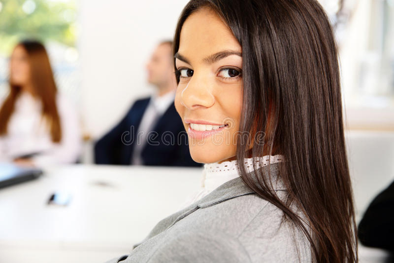 Mulher de negócios de sorriso bonita fotografia de stock royalty free