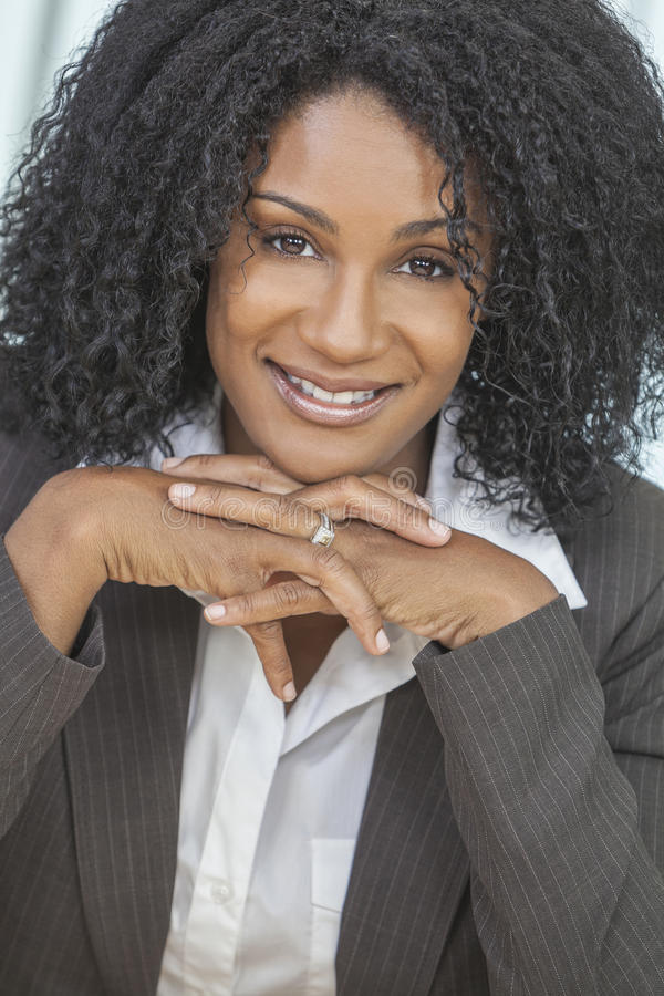 Mulher de negócios de sorriso da mulher do americano africano fotos de stock royalty free