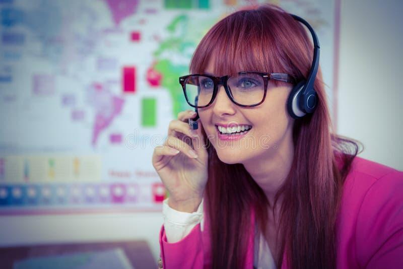 Mulher de negócios de sorriso do moderno com auriculares imagens de stock royalty free