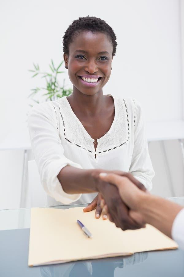 A mulher de negócios de sorriso introduziu seu colega novo foto de stock royalty free