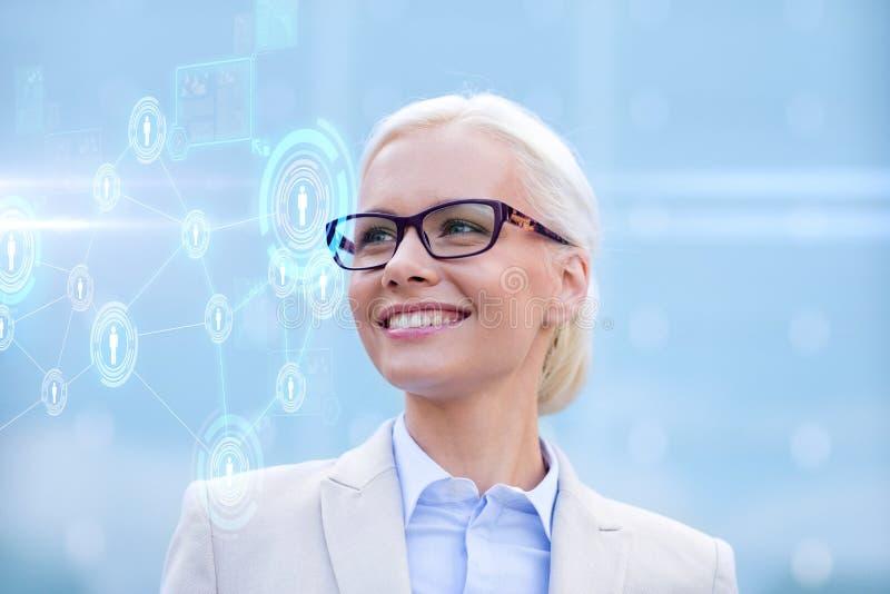 Mulher de negócios de sorriso nova nos monóculos fora imagens de stock royalty free