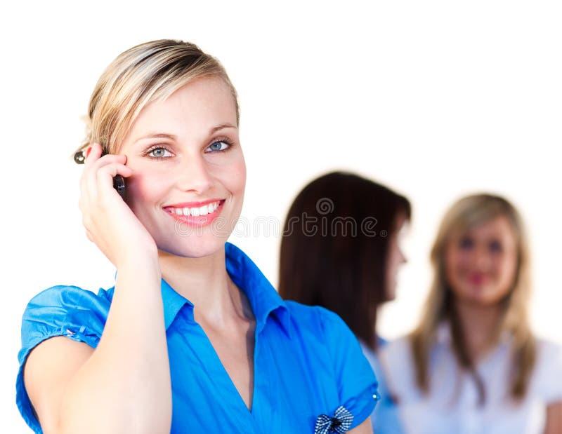 Mulher de negócios de sorriso que fala no telefone fotografia de stock royalty free