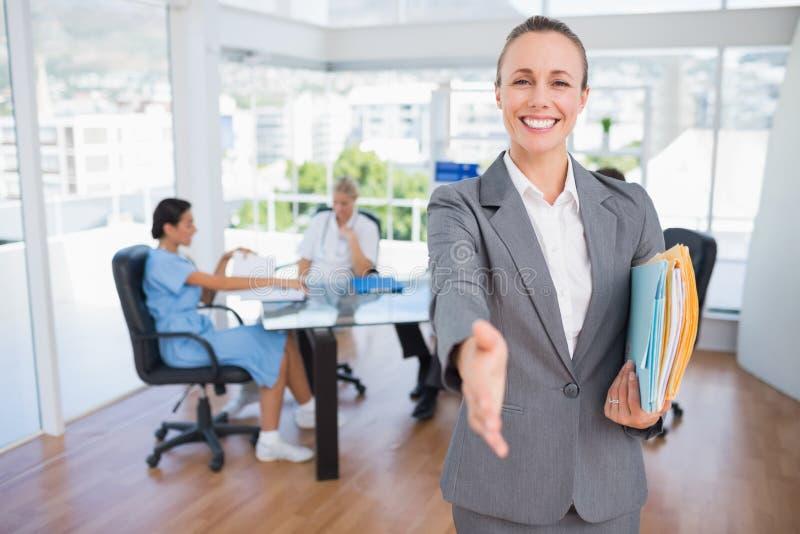 Mulher de negócios de sorriso que introduz-se foto de stock