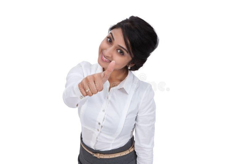 Mulher de negócios de sorriso que mostra os polegares acima foto de stock