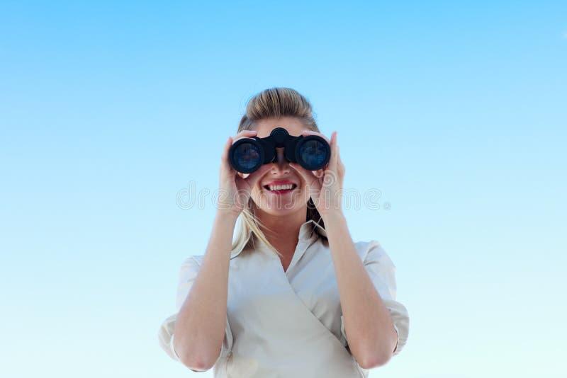 Download Mulher De Negócios De Sorriso Que Olha Através Dos Binóculos Imagem de Stock - Imagem de descoberta, monitoração: 10067073