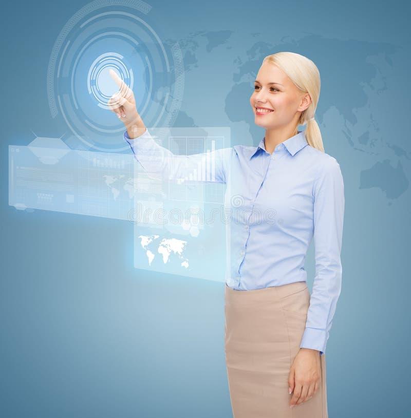 Mulher de negócios de sorriso que trabalha com tela virtual ilustração royalty free