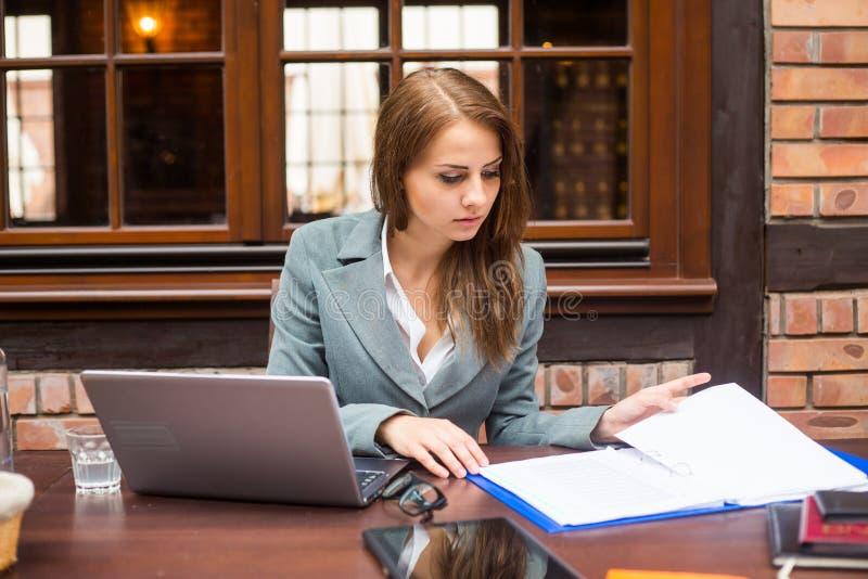 Mulher de negócios de trabalho dura no restaurante com portátil. imagens de stock