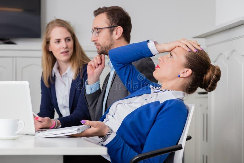 Mulher de negócios descontentada em uma reunião fotos de stock