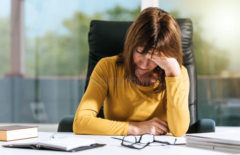 Mulher de negócios desesperada com mão na testa foto de stock royalty free