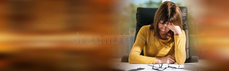 Mulher de negócios desesperada com mão na testa imagem de stock royalty free
