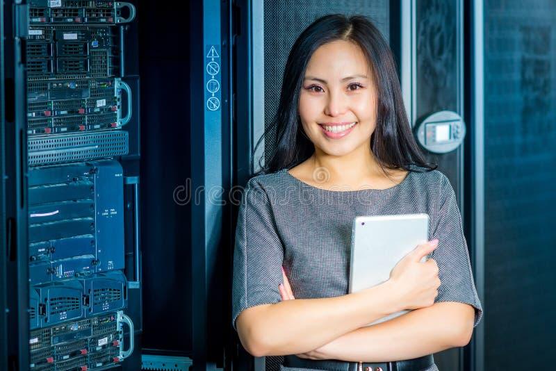 Mulher de negócios do coordenador na sala do servidor de rede imagens de stock royalty free