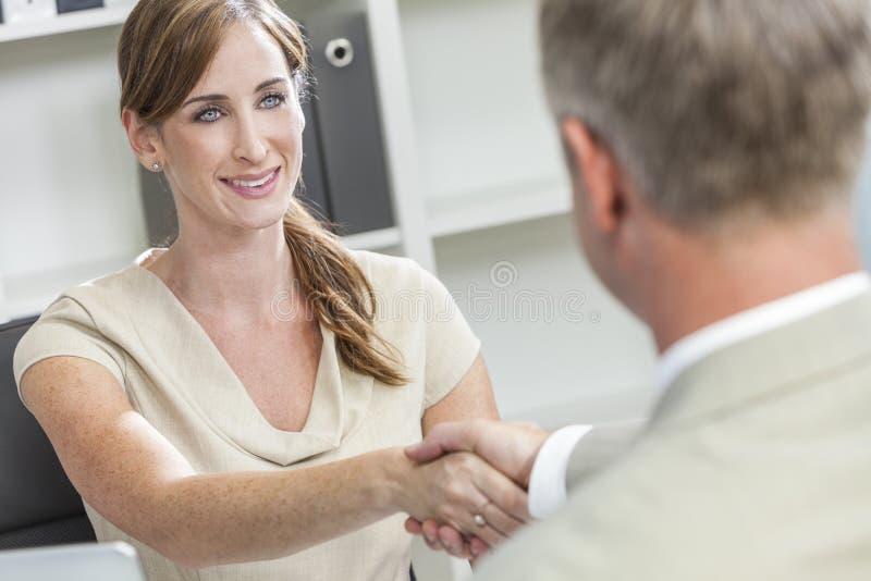 Mulher de negócios do homem de negócios da mulher do homem que agita as mãos fotos de stock