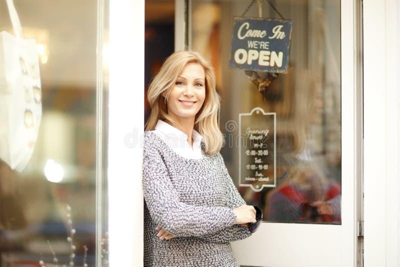 Mulher de negócios do proprietário de loja da roupa fotografia de stock royalty free