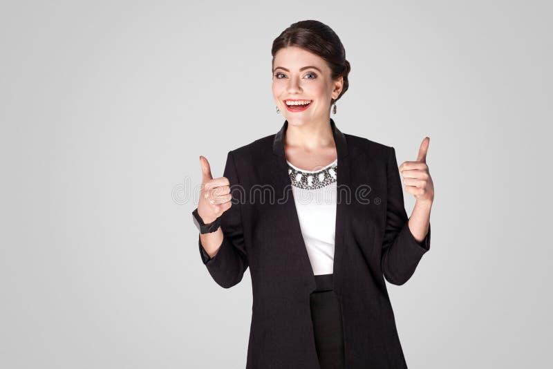 Mulher de negócios do sucesso que mostra como o sinal, polegares acima fotos de stock royalty free