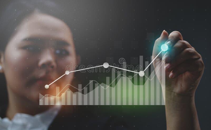 Mulher de negócios Drawing Growing Statistic financeiro fotos de stock