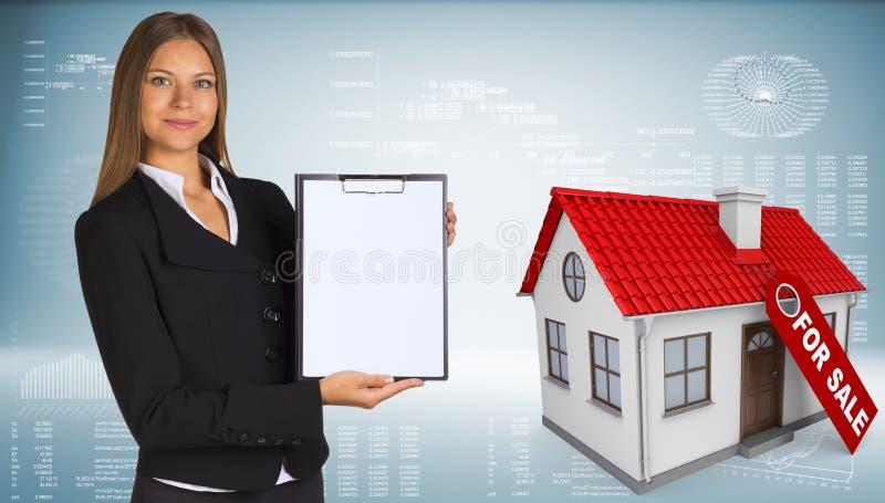 Mulher de negócios e casa pequena com etiqueta para ilustração stock
