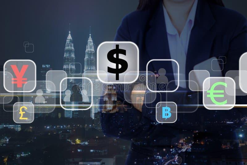Mulher de negócios e cidade do investimento e da noite no fundo Conce fotos de stock royalty free