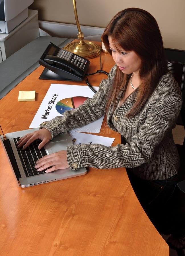 Mulher de negócios e computador fotografia de stock