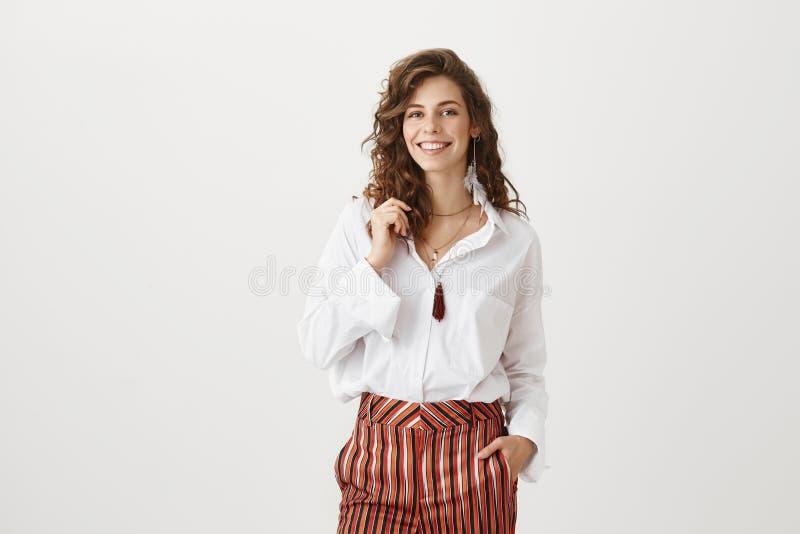 Mulher de negócios e conceito do sucesso Retrato da fêmea atrativa na roupa na moda que sorri amplamente ao guardar a mão dentro fotografia de stock