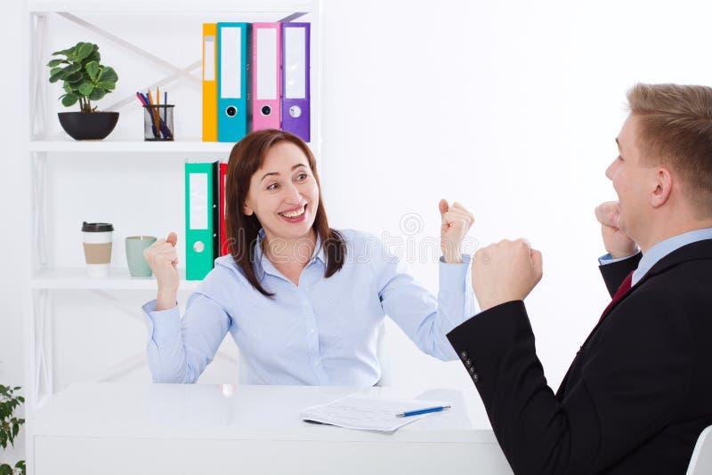 Mulher de negócios e homem de negócios Happy para o sucesso no fundo do escritório O conceito do negócio faz um acordo Espaço da  imagem de stock