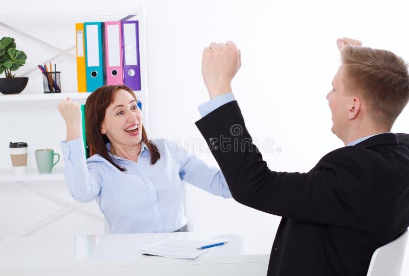 Mulher de negócios e homem de negócios Happy para a reunião bem sucedida no fundo do escritório O conceito do negócio faz um acor fotografia de stock