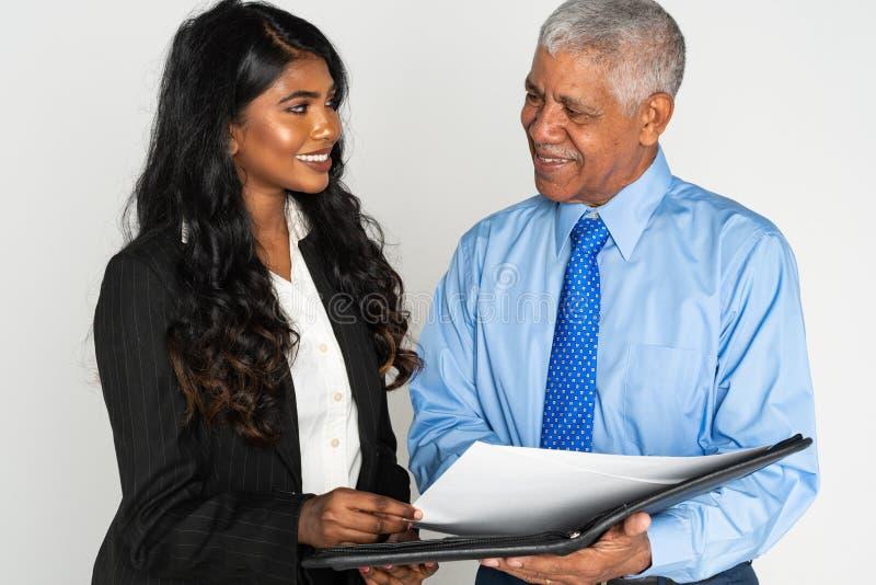 Mulher de negócios e homem indianos no trabalho fotos de stock royalty free