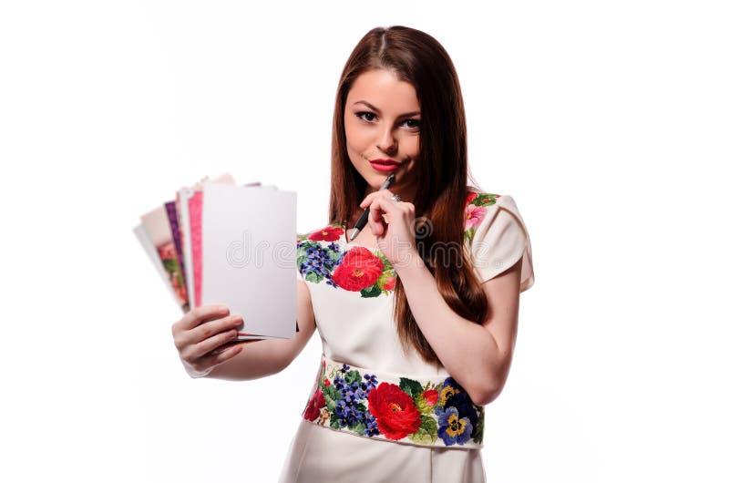 Mulher de negócios efervescente que mantém um caderno isolado em um fundo branco fotografia de stock royalty free