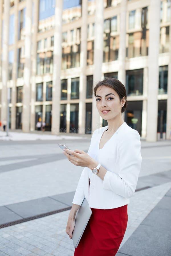 Mulher de negócios elegante na cidade fotos de stock