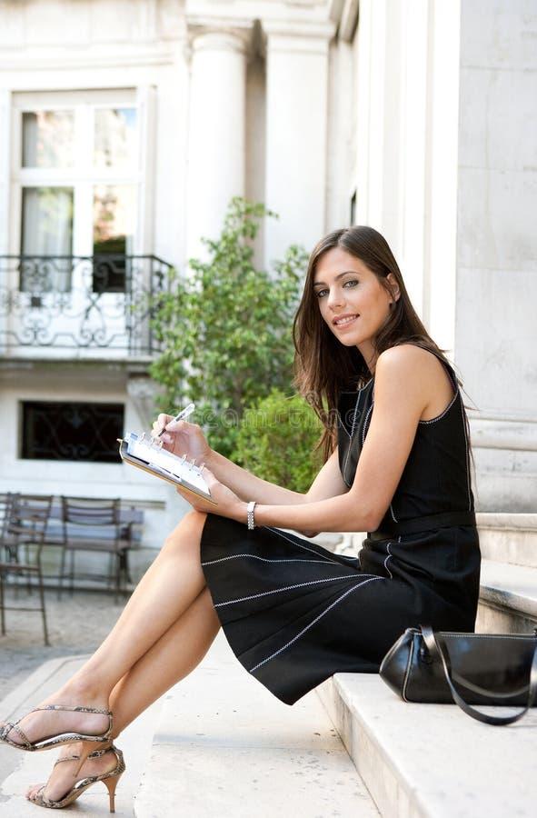 Download Mulher De Negócios Com Dobrador. Imagem de Stock - Imagem de businesswoman, holding: 29847721
