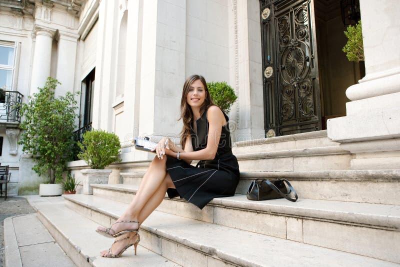 Download Mulher De Negócios Com Dobrador. Foto de Stock - Imagem de arquitetura, clássico: 29847804