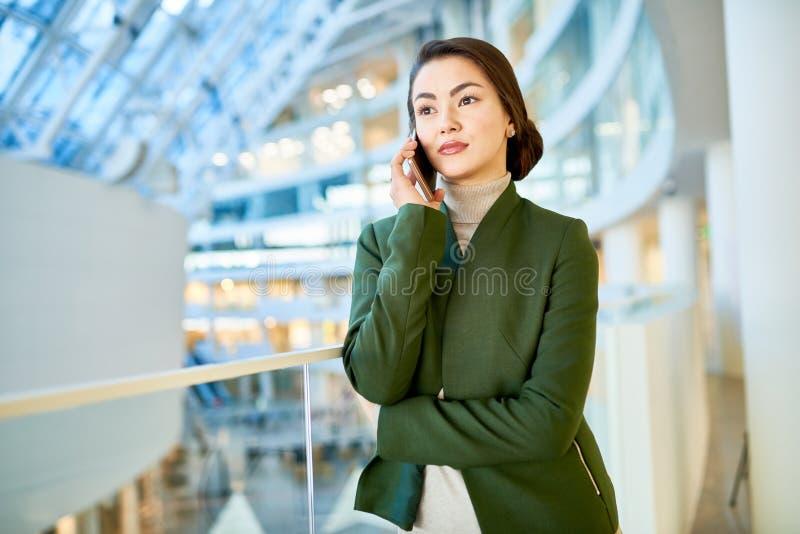 Mulher de negócios elegante Speaking pelo telefone imagem de stock