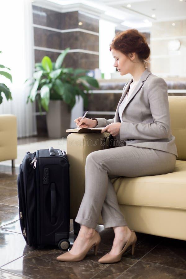 Mulher de negócios elegante Waiting na entrada do hotel fotos de stock royalty free