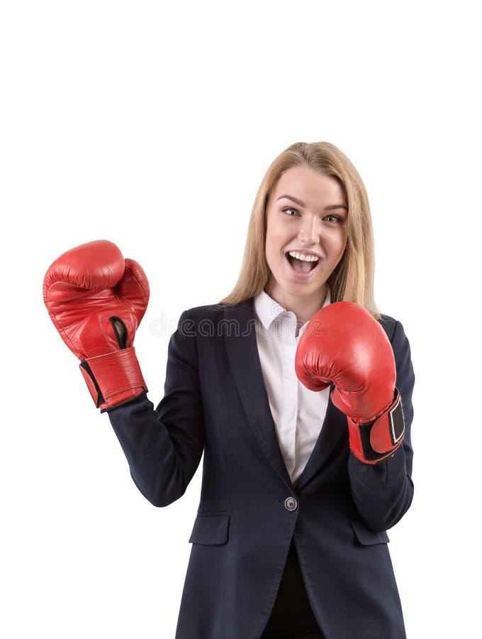 Mulher de negócios em luvas de encaixotamento vermelhas contra o fundo branco fotografia de stock