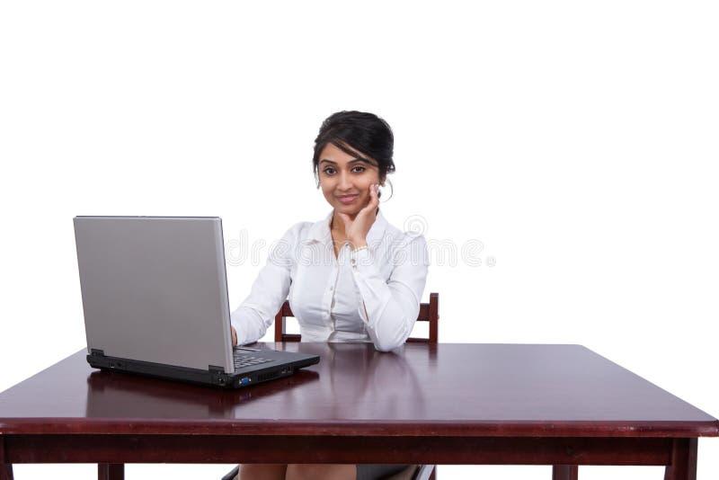 Mulher de negócios em sua mesa foto de stock
