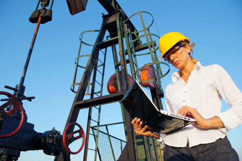 Mulher de negócios em um campo petrolífero fotos de stock