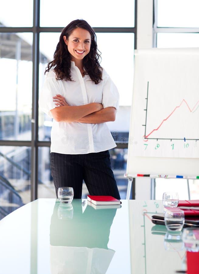 Mulher de negócios em uma apresentação com crosse imagem de stock