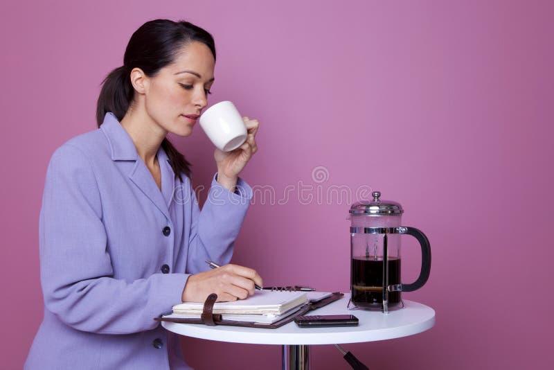 Mulher de negócios em uma ruptura de café imagem de stock